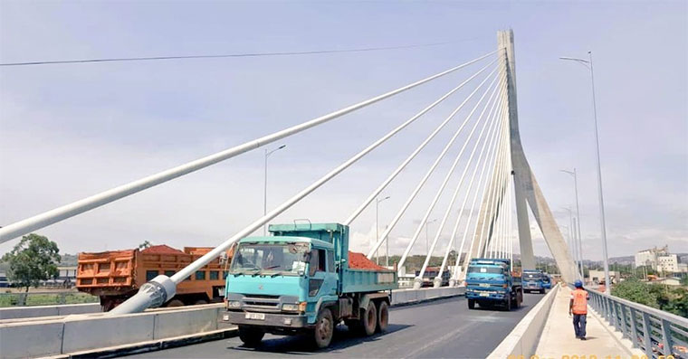 Trucks on the new Nile bridge