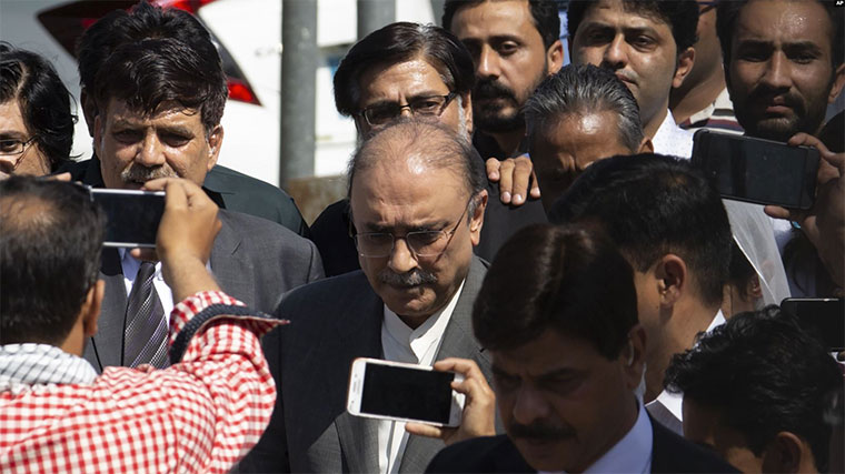 Former Pakistani president and currently a lawmaker in Parliament and leader of Pakistan People's party, Asif Ali Zardari (C) leaves the High Court building, in Islamabad